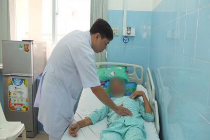 Phẫu thuật khẩn cứu người đàn ông có túi phình động mạch chủ bụng  khổng lồ viêm dính cột sống dọa vỡ